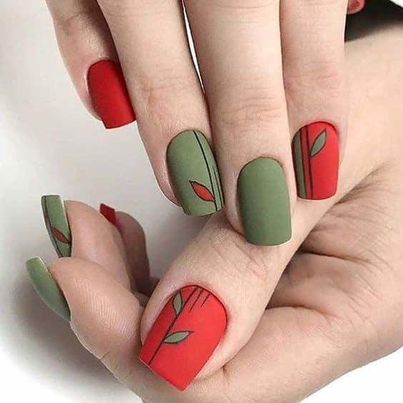 unhas coloridas em verde e vermelho com esmalte fosco