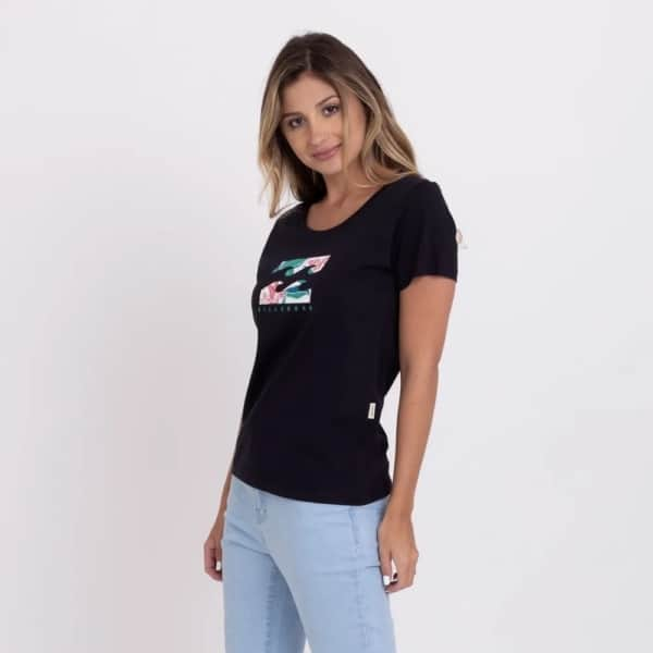 look feminino com marca de roupas de surf