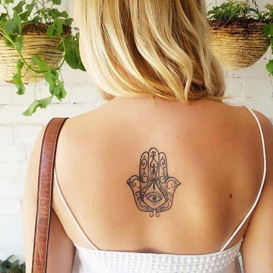 tatuagem de protecao Hamsa nas costas
