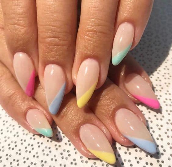unhas coloridas com francesinha diagonal em tons pasteis