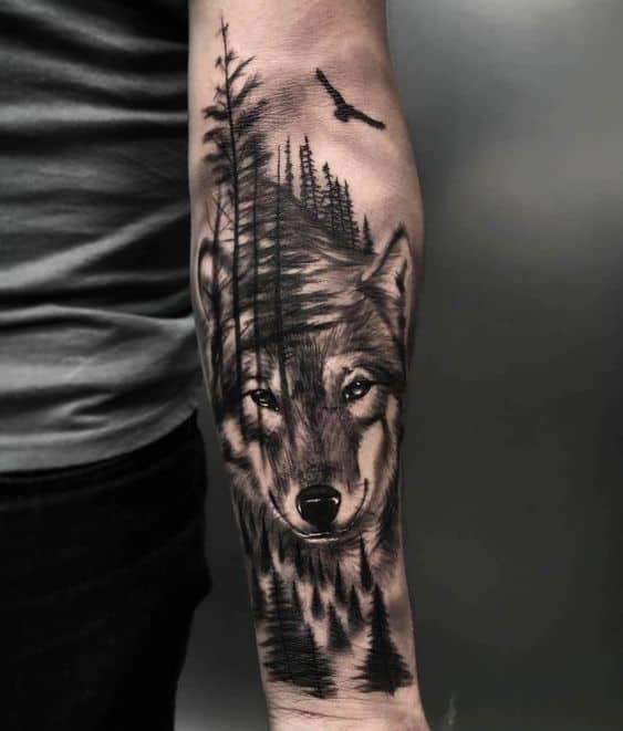 tatuagem no braco de floresta negra com lobo