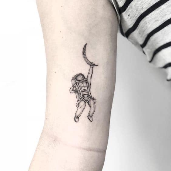 tatuagem pequena de astronauta com lua