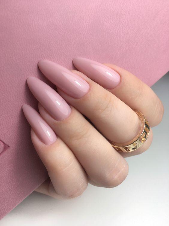 unha longa com esmalte rosa claro