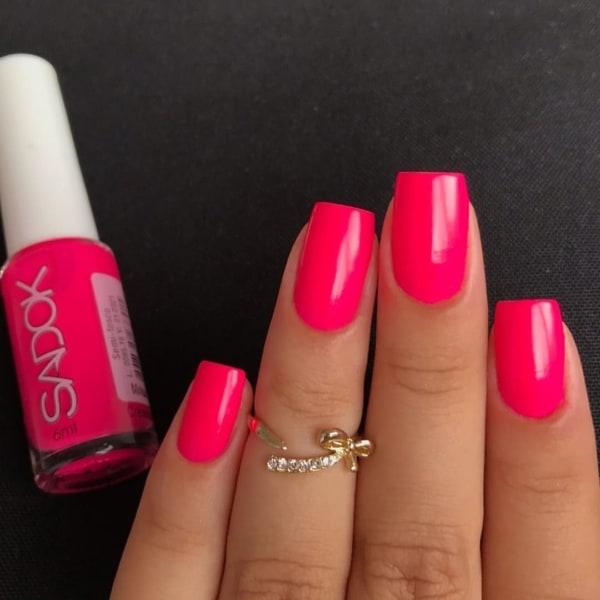or de esmalte rosa neon