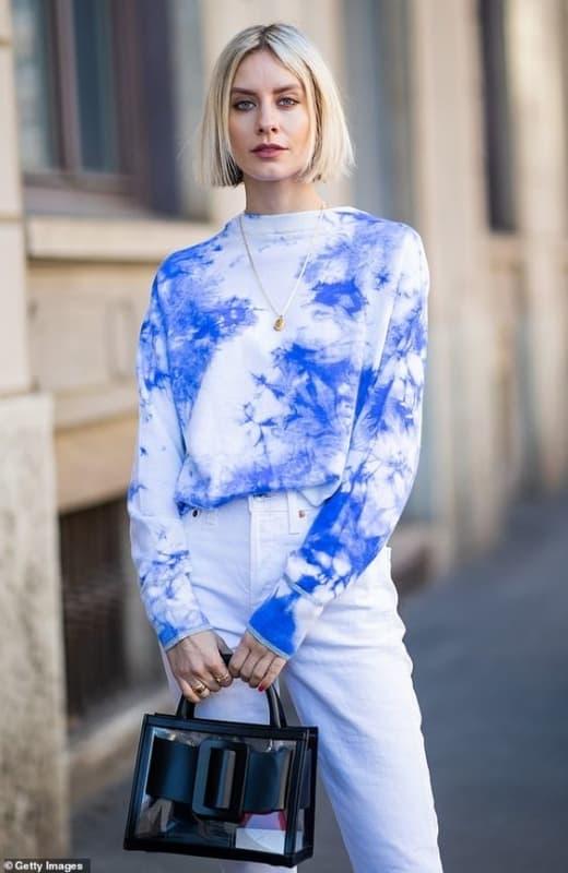 look com calca branca e moleto tie dye azul