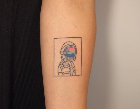 tataugem delicada e pequena de astronauta