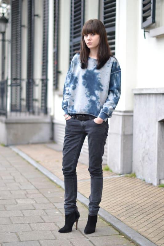 look com calca jeans e moletom tie dye azul