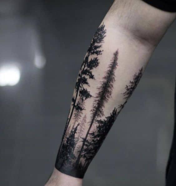 tattoo no antebraco de floresta negra