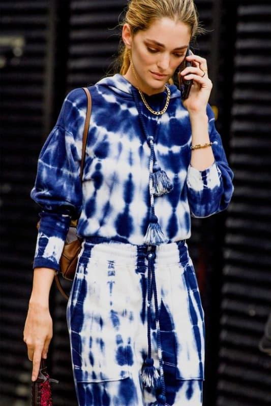 look com conjunto de moletom tie dye em azul e branco