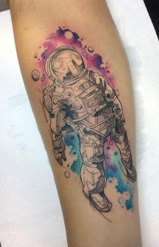 tatuagem de astronauta com fundo aquarela