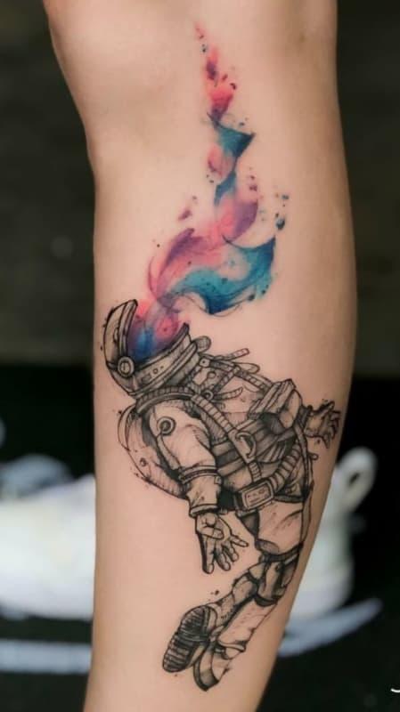 tatuagem moderna de astronauta com detalhe aquarela