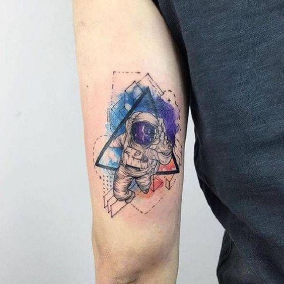 tatuagem moderna de astronauto com efeito aquarela