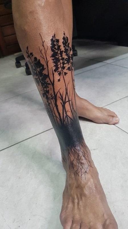 tatuagem de floresta na perna