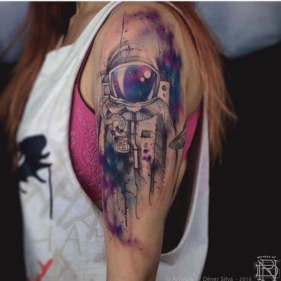 tatuagem no braco de astronauta com efeito aquarela