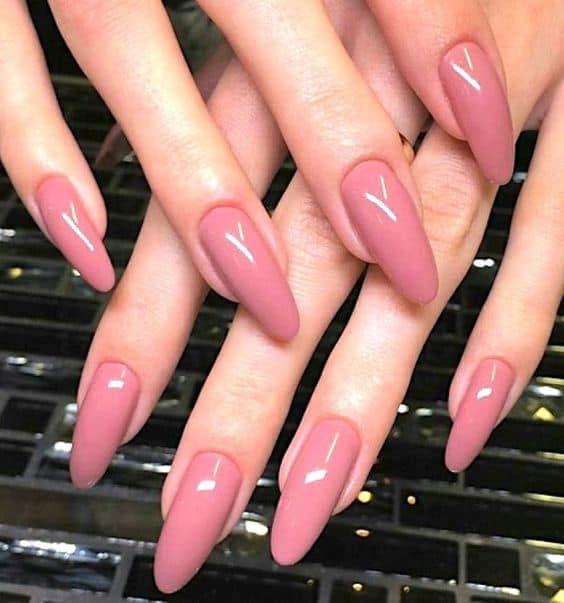 unhas longas com esmalte rosa antigo