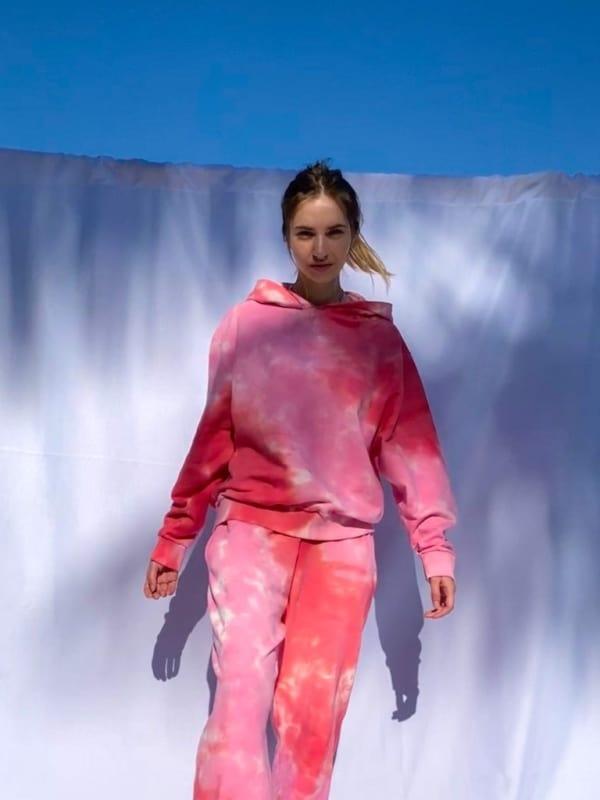look com conjunto de moletom tie dye em tons de rosa