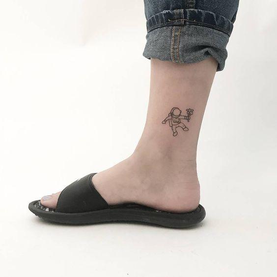 tatuagem de astronauta no tornozel
