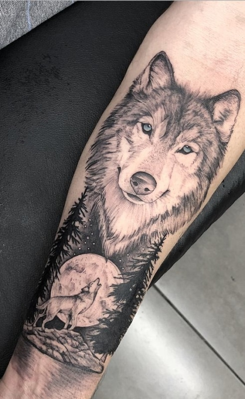 tatuagem grande de floresta negra com lobo