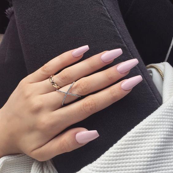 unhas longas com esmalte rosa claro