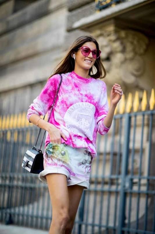 look com short e blusa de moletom tie dye rosa