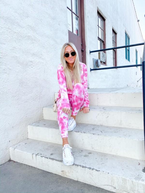 look com tenis e moletom tie dye rosa