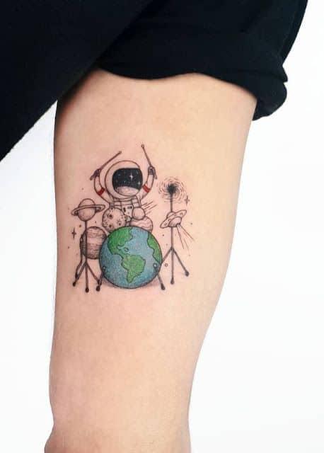 tatuagem de astronauta criativa com planetas