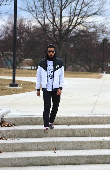 look masculino com calca preta e corta vento branco e preta