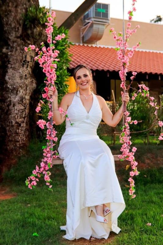 noiva com vestido frente unica e decote V