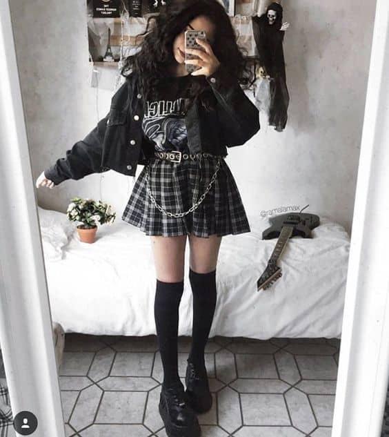 look e girl com saia xadrez e camiseta