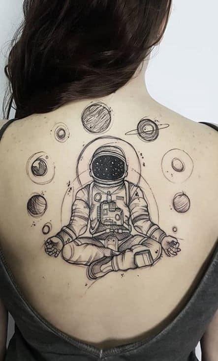 tatuagem feminina grande de astronauta
