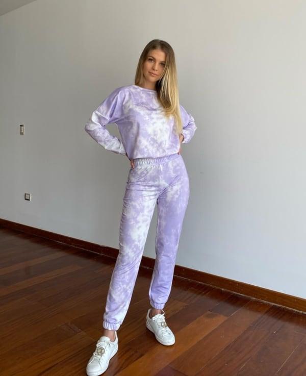 look com conjunto de moletom tie dye lilas e tenis branco