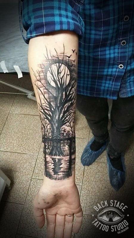 tatuagem de lua com floresta negra