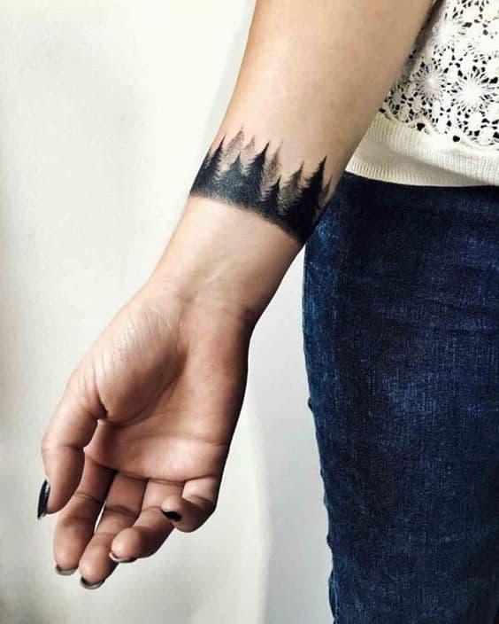tatuagem feminina e delicada de floresta negra