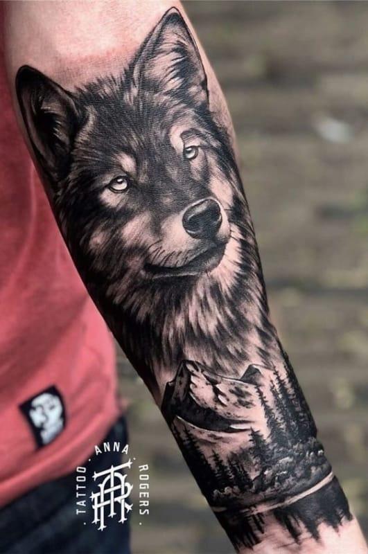 tattoo grande de floresta negra com lobo