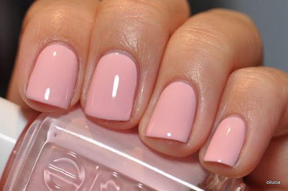 unhas curtas com esmalte rosa claro