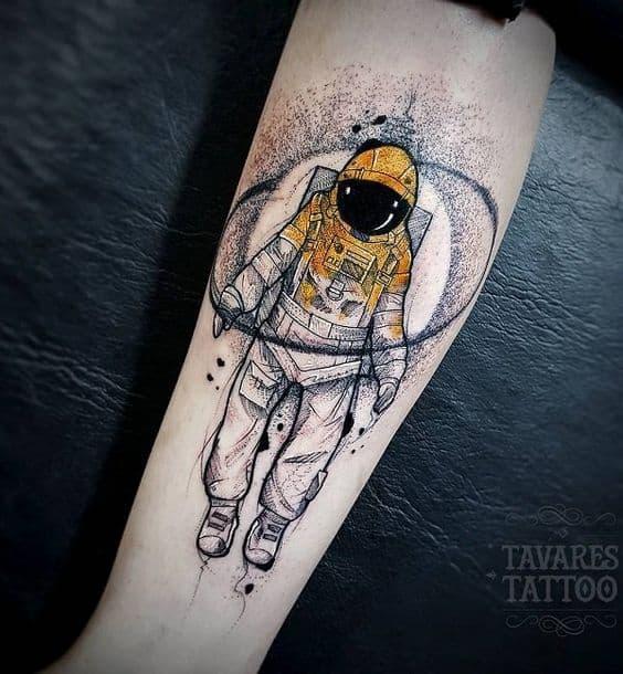 tattoo de astronauta no braco masculino