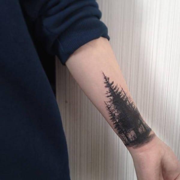 tatuagem feminina de pinheiros no braco