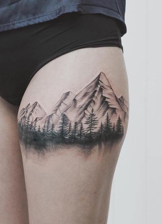 tatuagem feminina na perna de floresta negra
