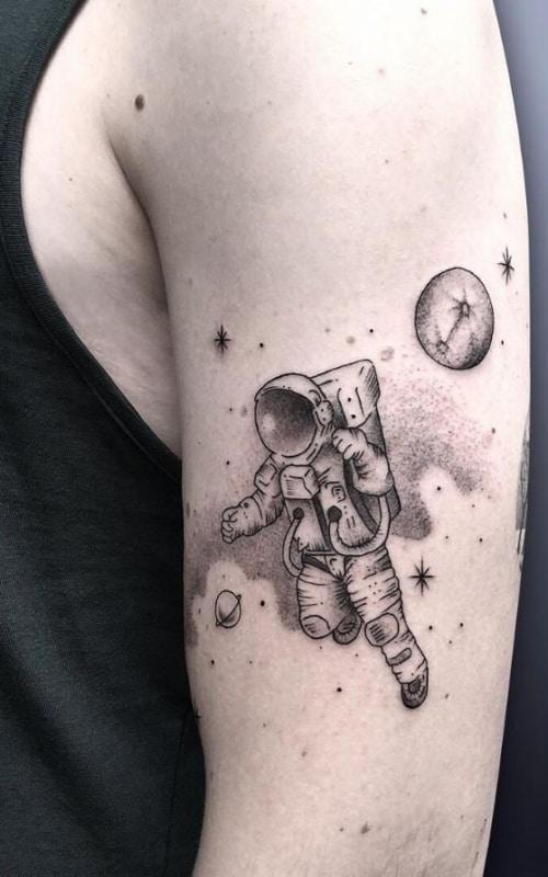 33 tatuagem masculina de astronauta no braco