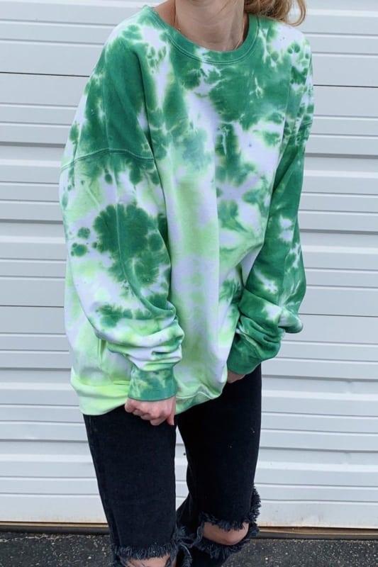 look com calca destroyed e moletom tie dye verde