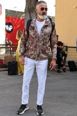 look masculino com calca branca e corta vento camuflada