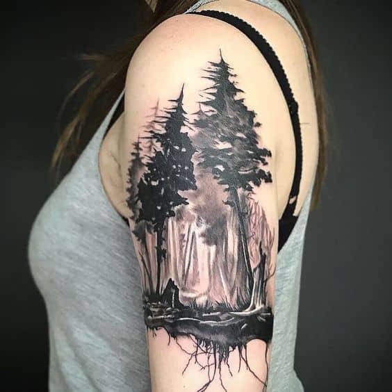 tatuagem feminina no braco de floresta negra
