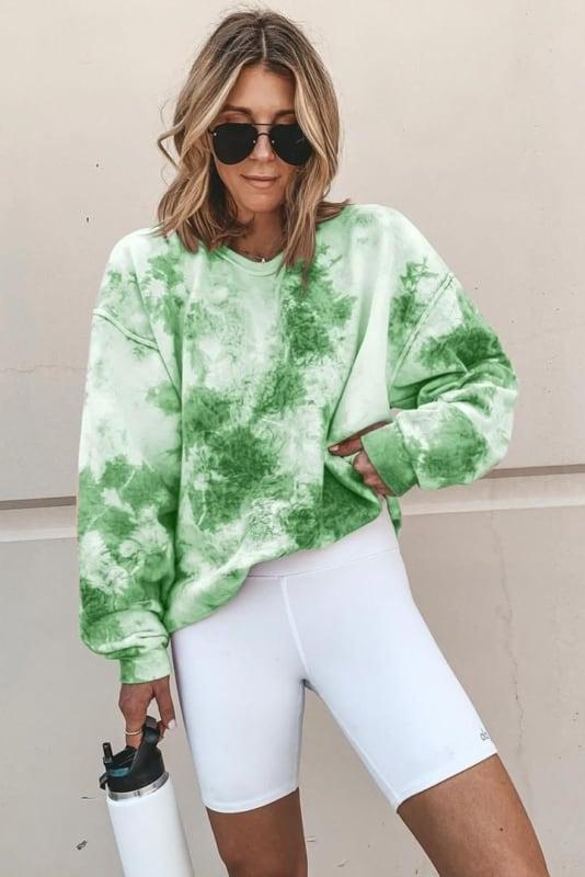 look com bermuda branca e moletom tie dye verde