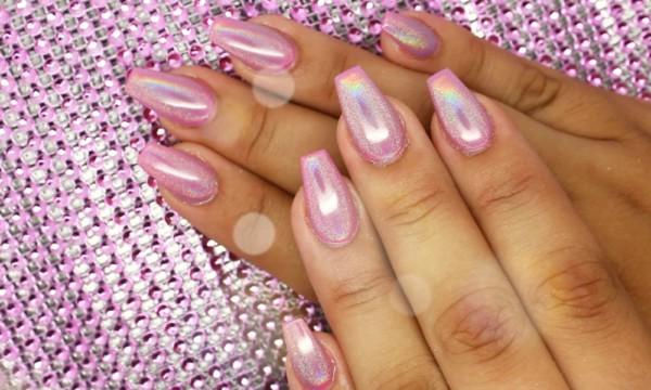 unha quadrada com esmalte rosa metalizado