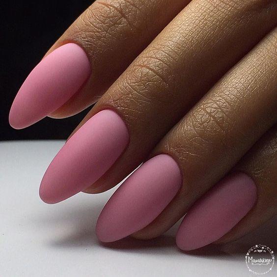 unhas longas e redondas com esmalte rosa fosco