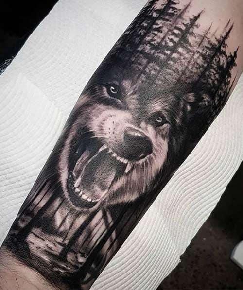 tatuagem grande de lobo em meio a floresta negra
