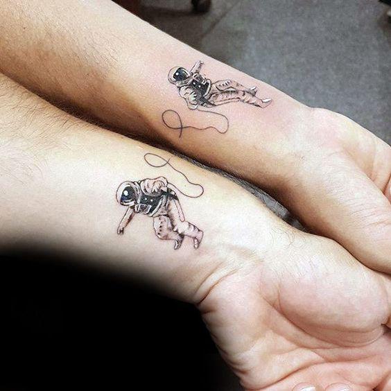 tatuagem pequena de astronauta no pulso