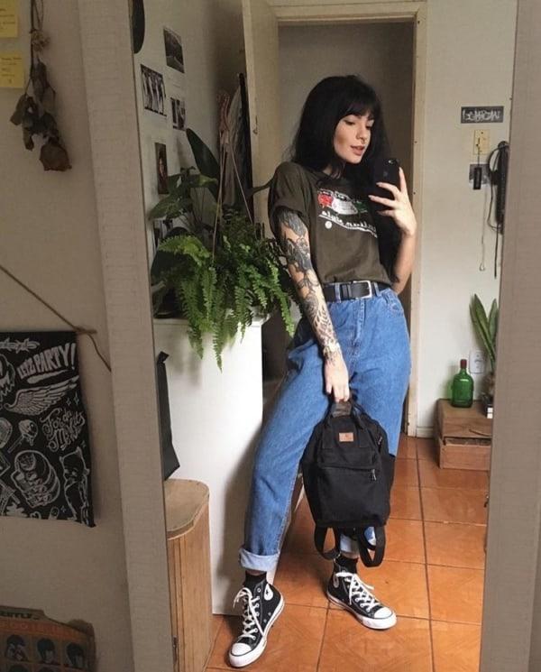 look e girl com camiseta e calca jeans