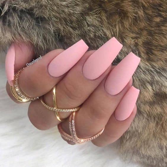 unha longa com esmalte rosa claro fosco