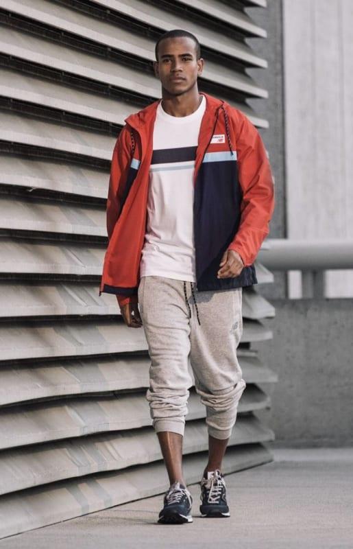 look masculino com calca e corta vento colorida